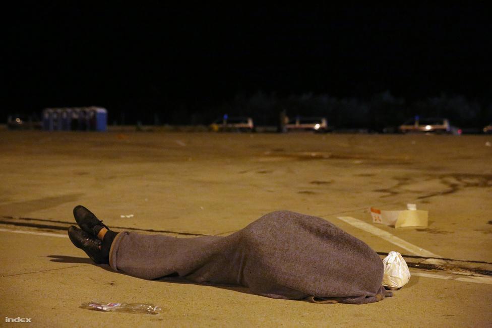 A kép akkor készült amikor az osztrák határt Magyarországon keresztül elárte a menekülthullám. Ezen az éjszakán már világos lett, hogy az osztrák oldalon sem tudják zökkenőmentesen kezelni az érkező embertömeget. A kép a nickelsdorfi oldalon készült az egyebkent teli parkolo egy félreeső részén, az éjjeli órákban.