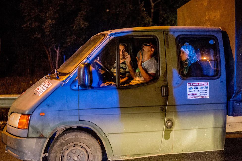 Augusztus 30-án készült a fotó a röszkei OMV kúton az M5-ös autópálya mellett egy elfogott embercsempészről. Összesen 19-en voltak az autójában. Két napja autóztunk kisebb-nagyobb köröket a benzinkút környékén és vártuk, történik-e valami. Éjfél körül elmentünk letölteni az aznapi képeket, aztán hajnalban 3 óra körül indultunk vissza a kerítéshez, és akkor láttuk az útról, hogy a benzinkúton épp osztják el két furgonba az utasokat. Megálltunk fotózni, és néhány pillanattal később feltűnt mögöttük egy rendőrautó.