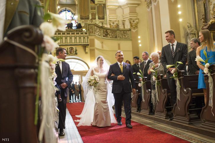 Orbán Viktor kíséri az oltárhoz lányát Orbán Ráhelt egyházi esküvőjén.
