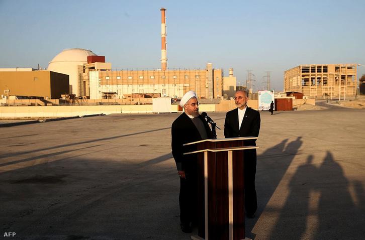 Hasszán Rohani iráni elnök sajtótájékoztatót tart az buseri atomerőmű előtt