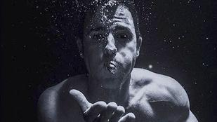 Justin Theroux olyan izmos, hogy tudja irányítani a buborékokat!