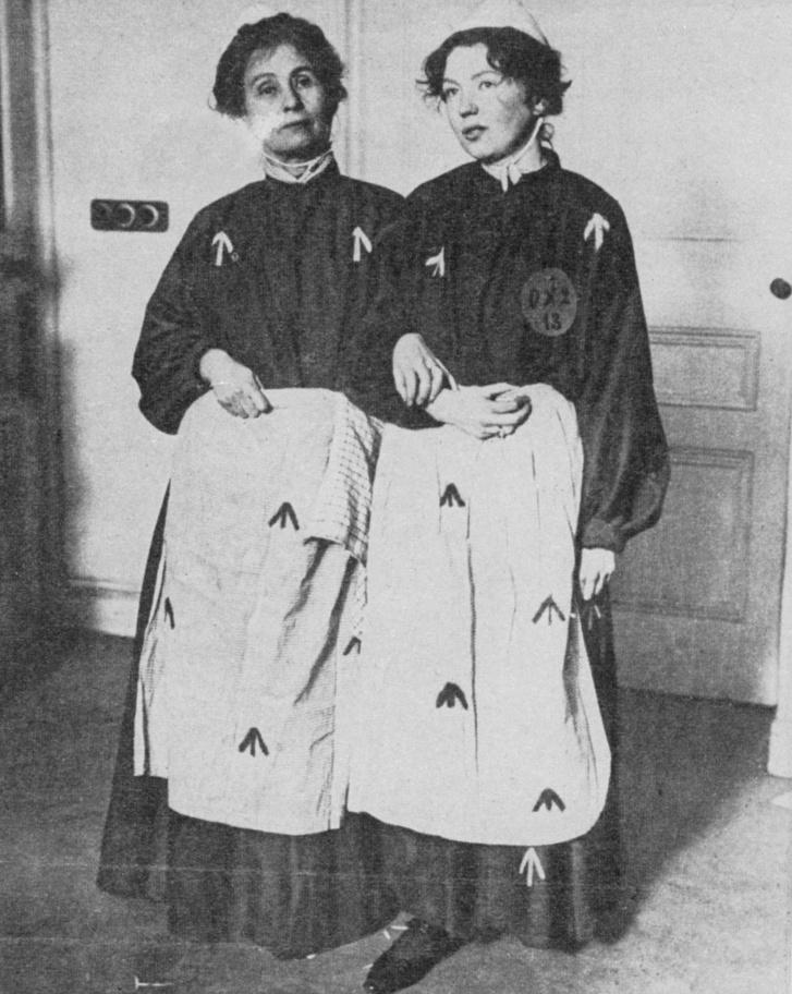 Christabel Pankhurst és Emmeline Pankhurst a Christabel börtön egyenruhájában