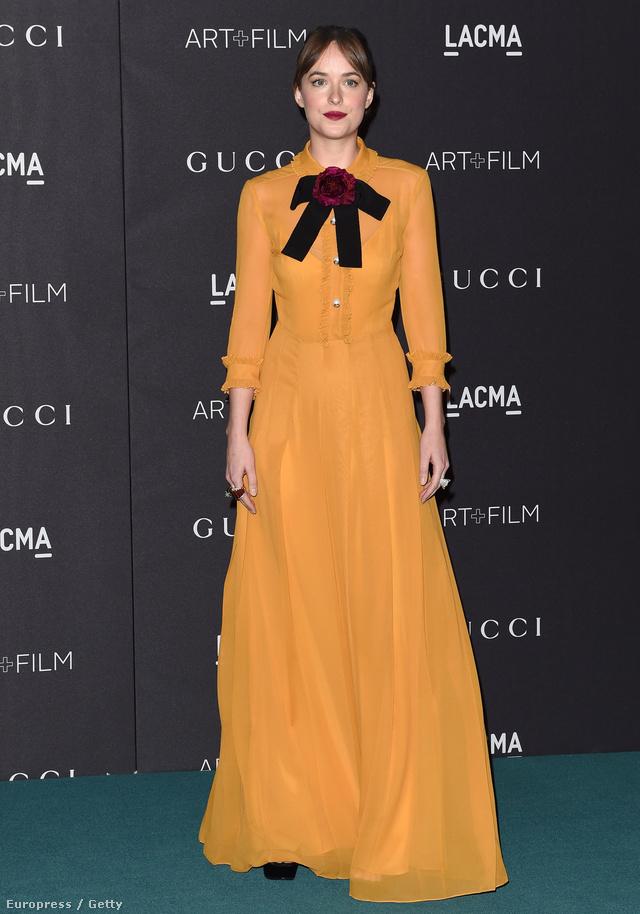 Dakota Johnson bordó masnival feldobott sárga Gucciban pózolt a 2015-ös LACMA gálán Los Angelesben.