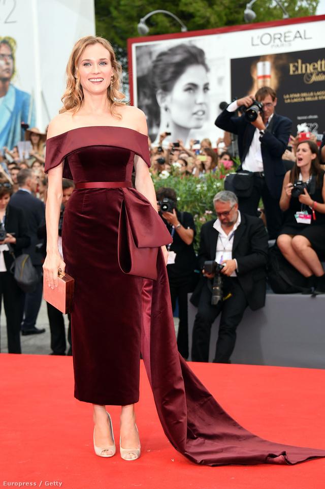 Diane Kruger bíborvörös bársony ruhában a Velencei Filmfesztiválon.