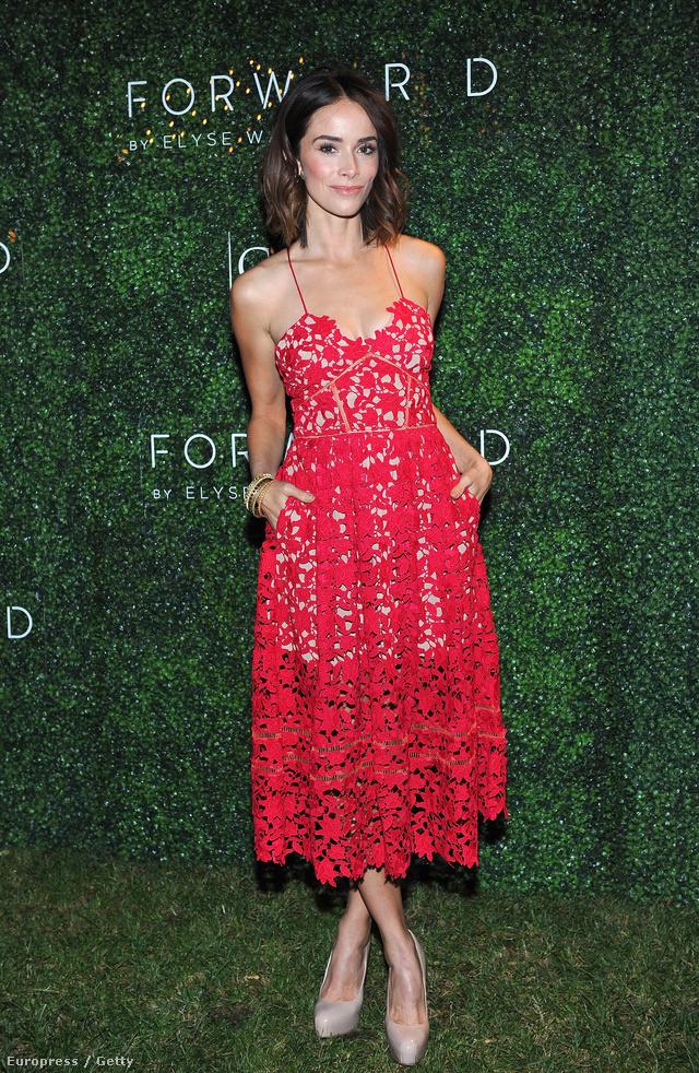 A 34 éves floridai színésznő, Abigail Spencer ebben a piros Self Portrait csipkeruhában jelent meg egy Los Angeles-i eseményen.