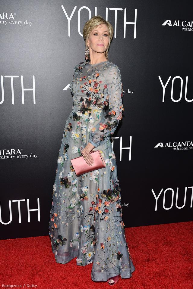 A kiváló formában lévő 78 éves Jane Fondának is megtetszett a Valentino féle estélyi ruha.