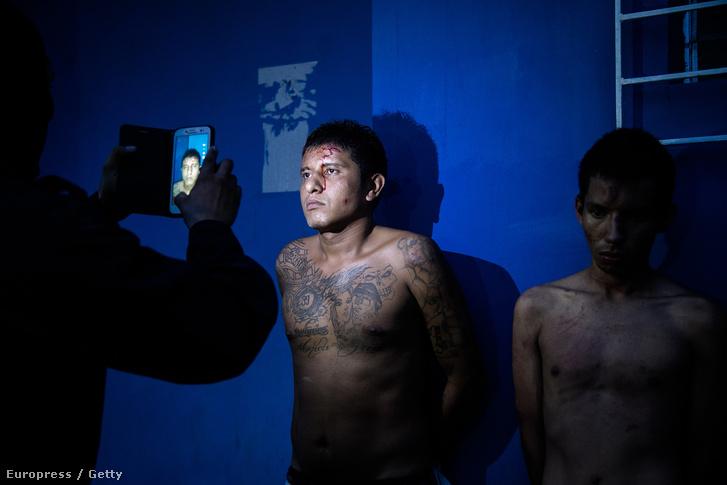 Bandatagokat fotóz a rendőr egy razzia után