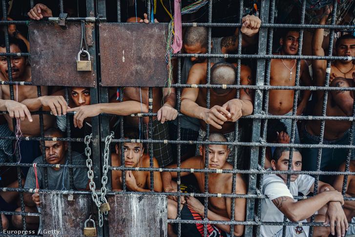 A rivális bandák tagjait elkülönített ketrecekben őrzik az el salvadori börtönökben.