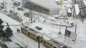 Így terítette be a hó a Széll Kálmán teret