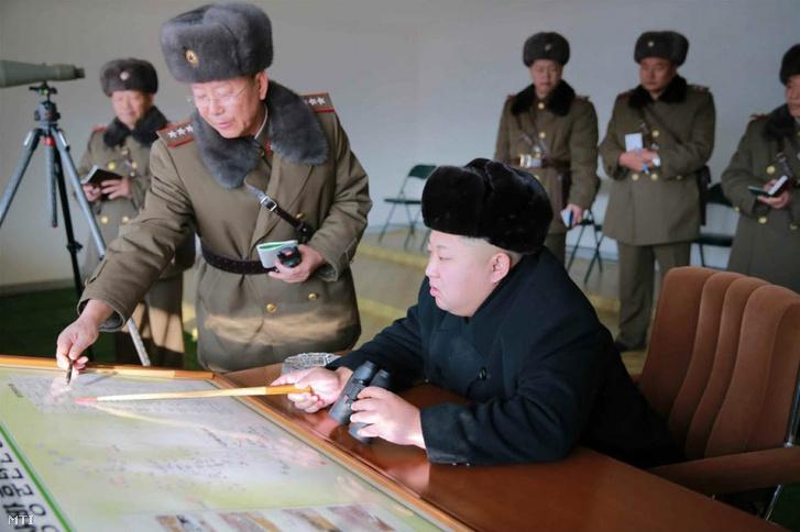 2015. december 24-én közreadott, dátummegjelölés nélküli képen Kim Dzsongun egy ismeretlen észak-koreai helyszínen tartott hadgyakorlaton