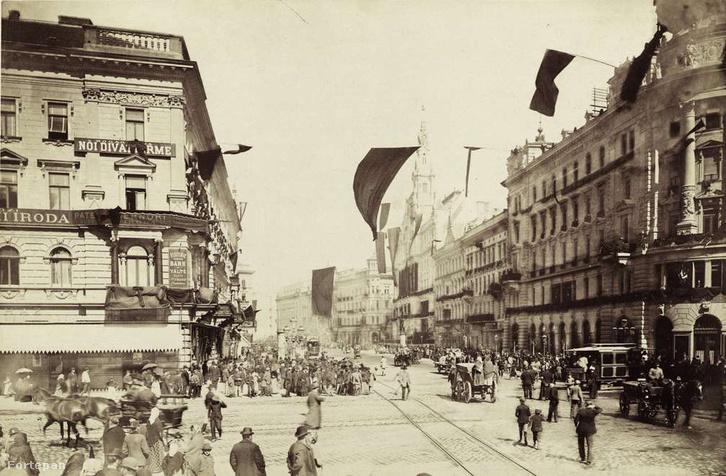 Rákóczi út - Nagykörút kereszteződés 1894. április 1-én, Kossuth Lajos temetése alkalmával fellobogózva.