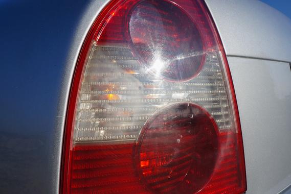 A mattulás nem kíméli a hátsó lámpaburát sem. Miért tenné?