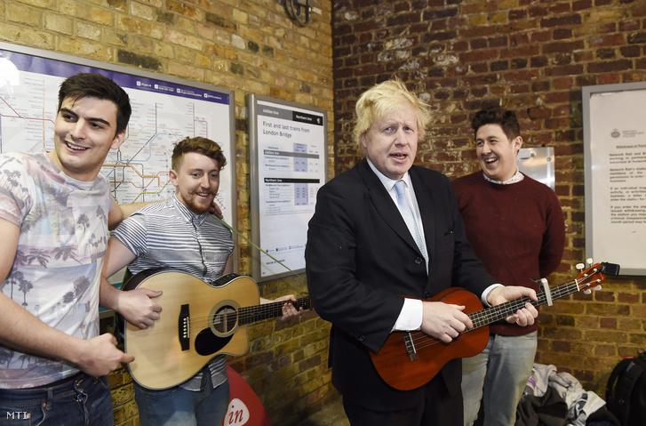 Boris Johnson London polgármestere (j2) utcai zenészek társaságában gitározik Londonban.