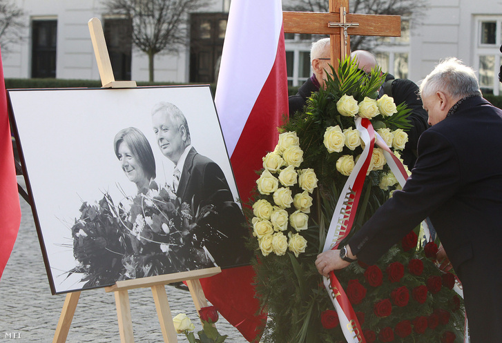 Jaroslaw Kaczynski a repülőszerencsétlenségben elhunyt Lech Kaczynski volt államfő ikertestvére a szmolenszki légikatasztrófa ötödik évfordulója alkalmából tartott megemlékezésen a varsói elnöki palota előtt 2015. április 10-én.