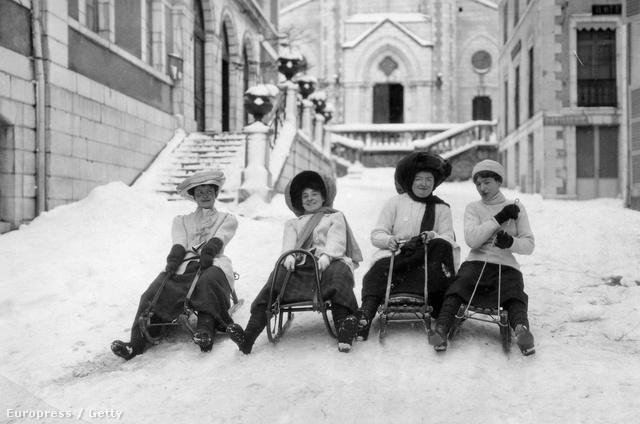 Vidám szánkózó nők az 1910-es években Franciaországban.