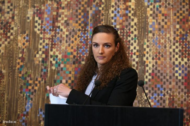 Hosszú Katinka összetépi a MÚSZ szerződését a 2016. január 6-án tartott sajtótájékoztatóján