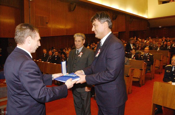 Pintér Sándor belügyminiszter kitüntetést ad át Bedros Jonathán Róbertnek, az akkori BM Központi Kórház és Intézményei igazgatójának, 2002. március 14-én.