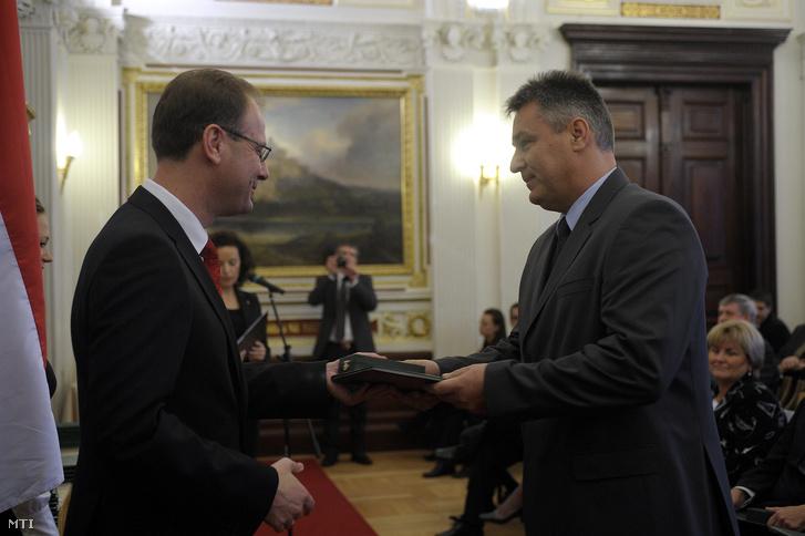 Navracsics Tibor adja át a Magyar Köztársasági Érdemrend lovagkeresztjének polgári tagozatának kitüntetését Bedros J. Róbertnek 2010. október 23-án.