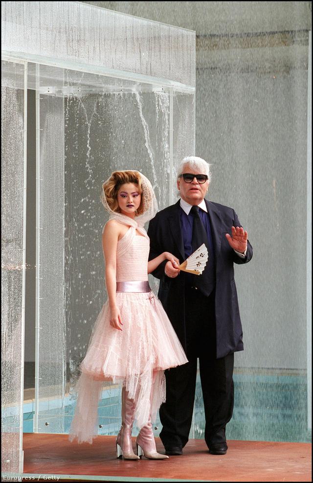 A pasztell rózsaszín ruhát kapott Devon Aoki volt a 2000-es őszi haute couture kollekció múzsája is.
