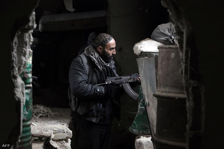 Az Iszlám Hadsereg (Jaish al-Islam) egyik katonája Damaszkuszban 2016. január 4-én