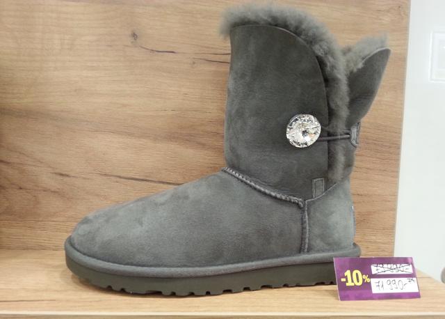 A másik őrület, ami nem akar kikopni a magyar utcákról, az UGG és hasonmásai. Az Office Shoes a több éve lecsengett UGG-mániához képest pár év késéssel végre behozta ezeket a csizmákat Magyarországra. 80 ezer helyett csak 72 ezer az eredeti UGG!!!!