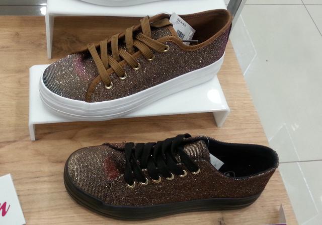 Office Shoes, 5990 forint: elkezdtük a csillogó, hologramos anyagú félcipőket is fotózni, nem gondoltuk volna, hogy ennyit találunk leárazva.