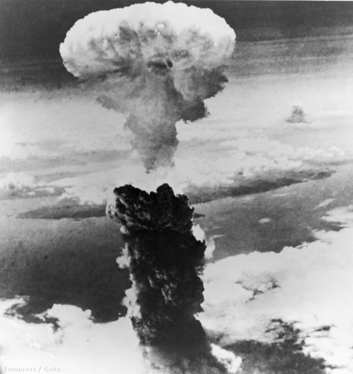 1945. augusztus 9-én készült fekete-fehér kép az amerikai Bockscar bombázóról Nagaszaki városra ledobott Fat Man (Kövér Ember) nevű atombomba gombafelhőjéről.