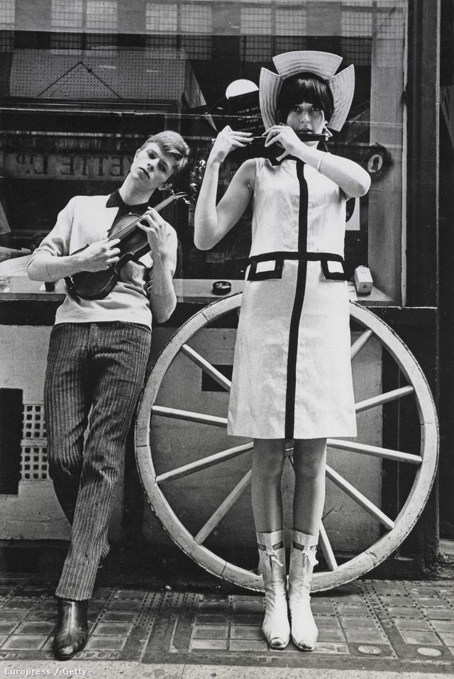 1963-ban feltűnt a Boyfriend magazin egyik divatanyagában. A kép a Carnaby Streeten készült a zenészről és a modellről.