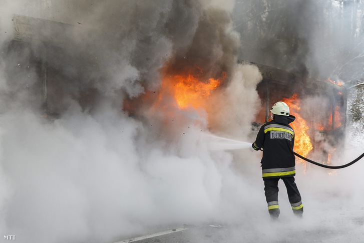 Tűzoltó dolgozik egy csuklós autóbusz oltásán, január 5-én.