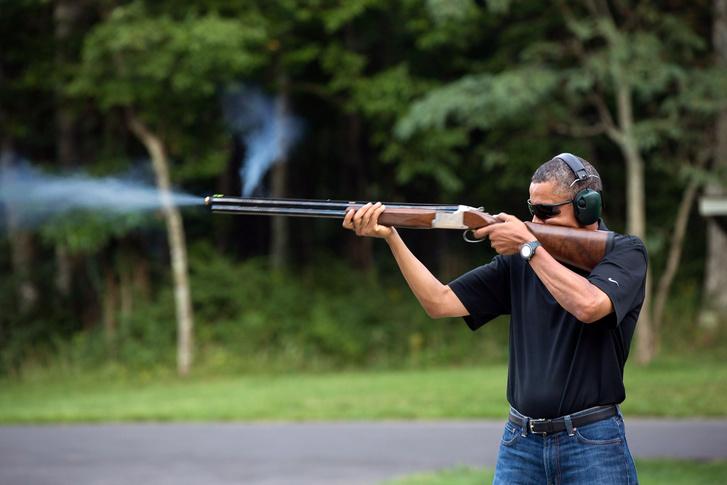 Obama egy lőtéren gyakorol 2012-ben.