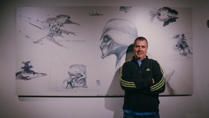 Melich Gusztáv az ILM irodájában a Ralph McQuarrie-féle, Star Wars-vázlatrajzok mellett