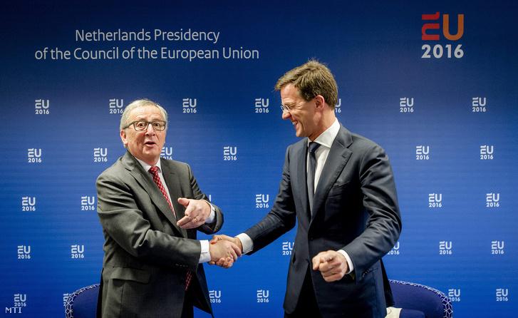 Mark Rutte holland kormányfő (j) fogadja Jean-Claude Junckert, az Európai Bizottság elnökét Amszterdamban 2016. január 7-én.