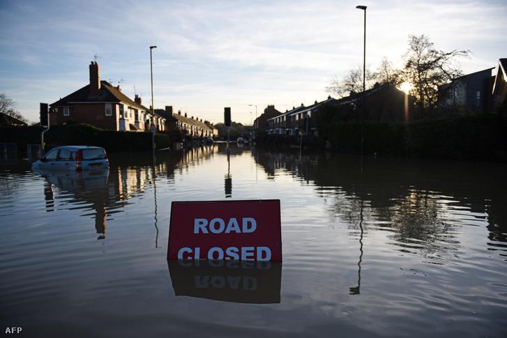 Lezárt utcák az észak-angliai York városában a Foss folyó áradása miatt 2015. december 27-én.