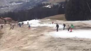 Helikopterrel viszik a havat a sárban síelő embereknek
