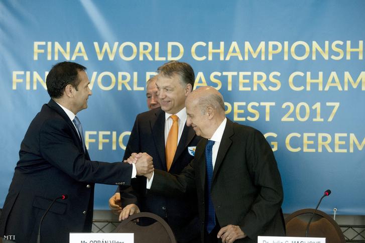Gyárfás Tamás, a Magyar Úszó Szövetség elnöke, Orbán Viktor miniszterelnök, Julio César Maglione, a Nemzetközi Úszó Szövetség (FINA) elnöke és Cornel Marculescu, a FINA ügyvezető igazgatója a 2017-es vizes világbajnokság budapesti rendezéséről szóló megállapodás aláírásán a svájci Lausanne-ban 2015. április 16-án