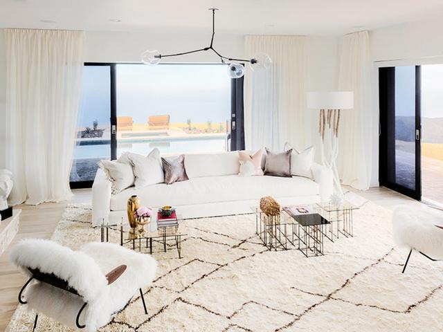 Így néz ki a híresség panorámás nappalija Malibun.