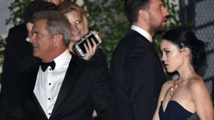 Mel Gibson mintha az unokájával járna