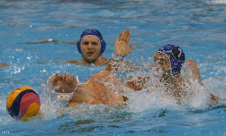 Varga Dénes (b) és a görög Hrisztosz Afrudakisz a belgrádi vízilabda Európa-bajnokság férfi D csoportjának első fordulójában.