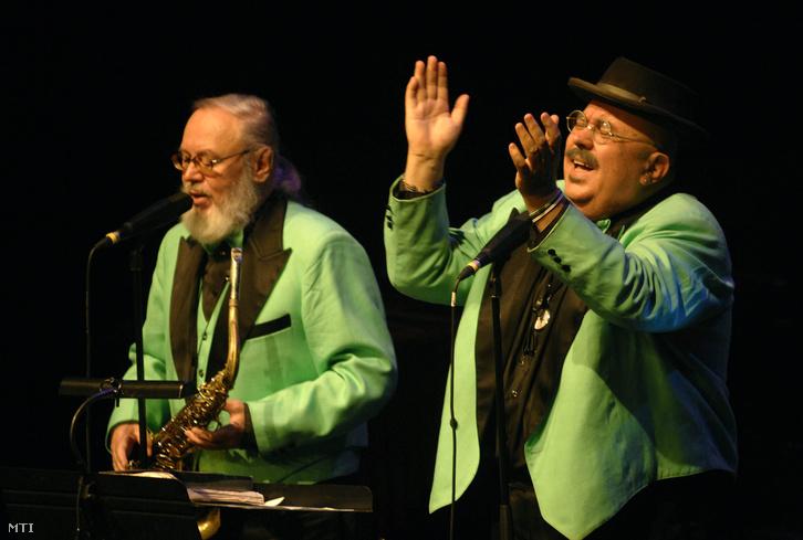 Bergendy István (j) és Bergendy Péter a színpadon. A Művészetek Palotája Fesztivál Színházában adott koncertet 2007. október 12-én a Bergendy Koncert- Tánc- Jazz- és Szalonzenekar.