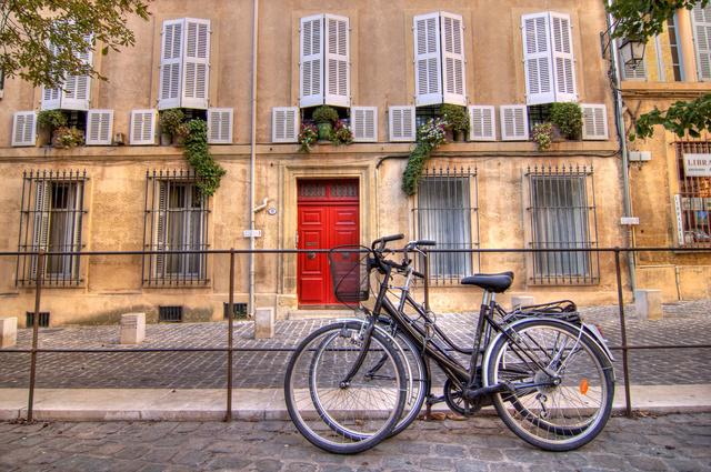 Bringák Aix-en-Provence utcáin