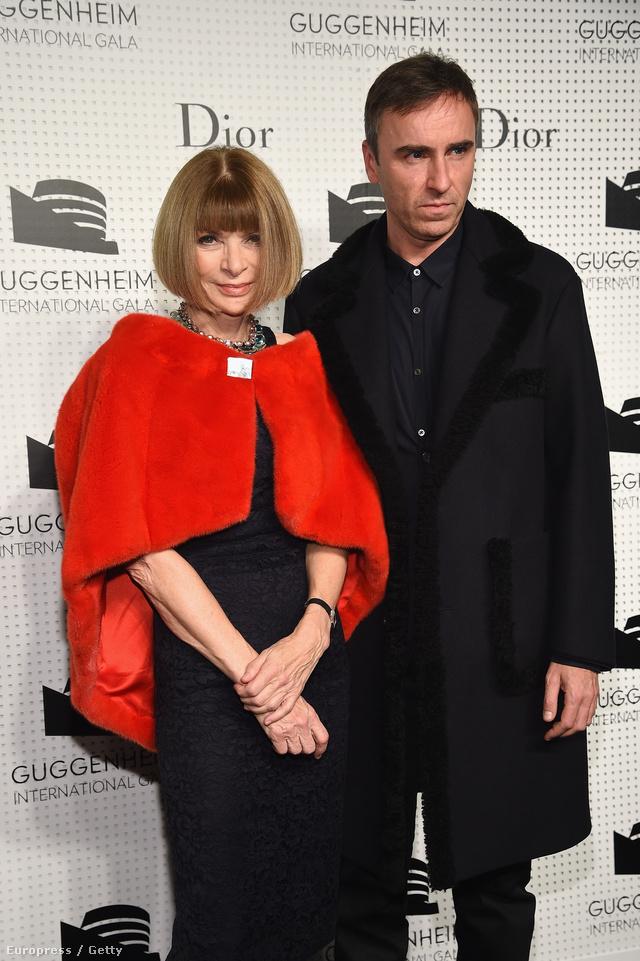 """""""Alapos és hosszú megfontolás után úgy döntöttem, hogy lemondok a Christian Dior női vonalának kreatív igazgatói posztjáról. Ebben a döntésben teljesen biztos vagyok, jelenleg más dolgokra szeretnék összpontosítani, beleértve a saját márkámat és a munkán kívüli szenvedélyeket."""" – nyilatkozta Raf Simons."""