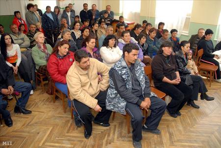 A Heves megyei Erk roma gyerekeket oktató iskolájában a felső tagozat megszüntetése ellen tiltakoztak a helyi romák 2007-ben