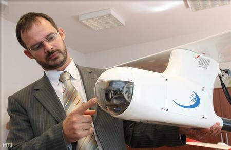 Molnár András projektvezető a robotrepülőgép kameráját mutatja be