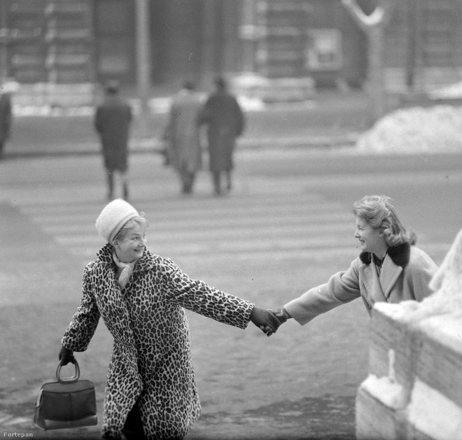 Kotnyek fotózott az Ez a divatnak is, ez a kép 1964-ben készült a Andrássy út - Nagymező utca kereszteződésében. Petress Zsuzsa és Mednyánszky Ági színművésznők, és egy szuper retikül a főszereplők.