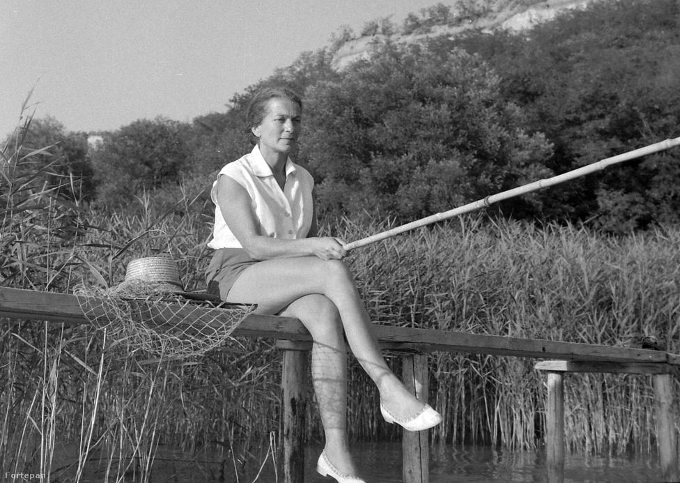 Fischer Annie zongoraművész egy csodás fehér cipőben pecázik 1963-ban.