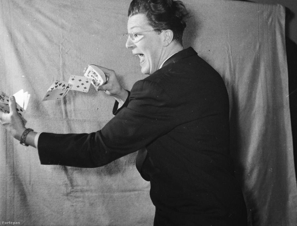 Egy másik artista, Gálfi János bűvész egy kártyatrükk közben. A háttért most ügyesebben feszítette ki az asszisztens, mint az előző képen.