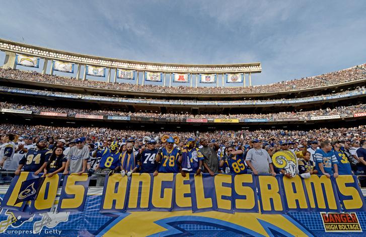 A Los Angeles-i visszatérés mellett tüntető Rams-szurkolók egy NFL-meccsen