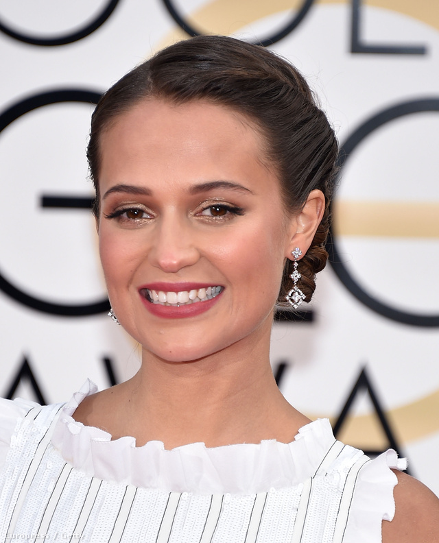 A svéd színésznőt, Alicia Vikandert Európa  legtehetségesebb fiatal színésznői között tartják számon. Vikander sminkmestere Charlotte Tillbury a strobing technikát vetette be a feltörekvő sztárnál a vörös szőnyegen.