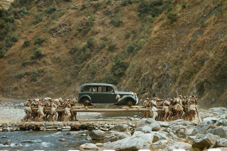 Autóhordók egy nepáli folyó fölött 1950 januárjában, a National Geograpich fotóján