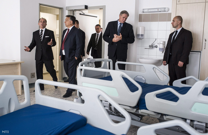 Orbán Viktor miniszterelnök megtekint egy felújított kórtermet Tóth Gábor kórházigazgató társaságában a bajai Szent Rókus Kórházban 2014. szeptember 16-án.